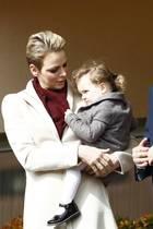 """18. März 2017  Fürst Albert mit Ehefrau Fürstin Charlène beim """"Sainte Devote Rugby""""-Turnier im Louis II Stadium in Monaco:Tochter Gabriella scheint nicht so wirklich Lust zu haben und muss von Mama aufgemuntert werden."""