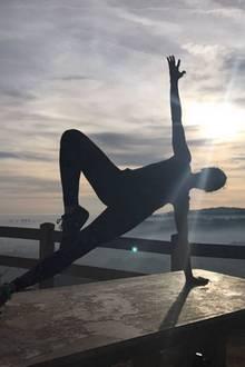 Schauspielerin Freida Pinto kann am besten beim Yoga vor traumhafter Kulisse abschalten und zur Ruhe kommen.