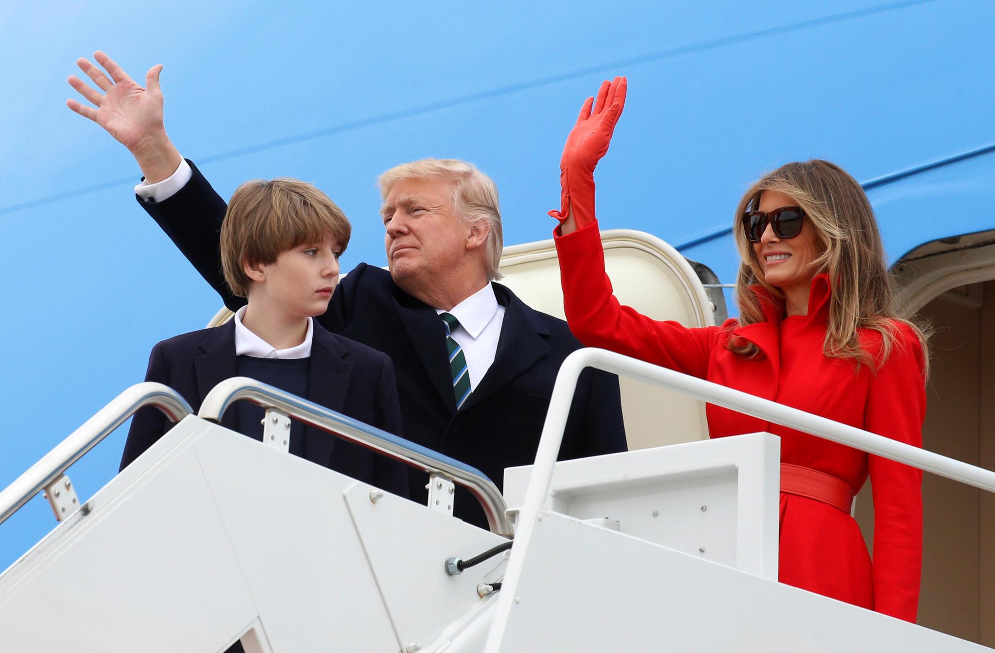 US-Präsident Donald Trump mit Ehefrau Melania Trump und Sohn Barron Trump steigen am 17. März 2017 aus der Air Force One, die gerade in Palm Beach gelandet ist