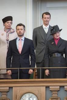 Die dänische Königsfamilie (von Links Prinzessin Mary, Prinzessin Benedikte, Prinz Frederik, Prinz Joachim, Königin Margrethe, Prinzessin Marie, Prinz Henrik - hier anlässlich der Parlamentseröffnung 2013)