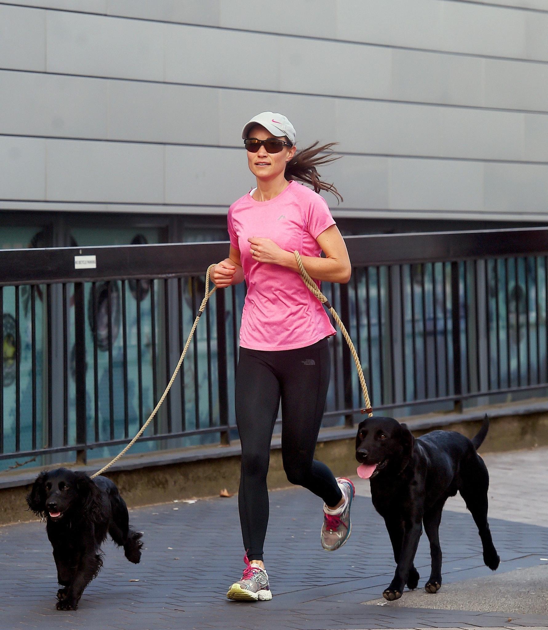Pippa Middleton joggt mit ihren beiden Hunden durch den Westen Londons. Obwohl sie eine Cap und eine dunkle Sonnenbrille trägt - wahrscheinlich um unerkannt zu bleiben - lenkt sie mit ihrem knalligen Shirt doch die Aufmerksamkeit der Fotografen auf sich.