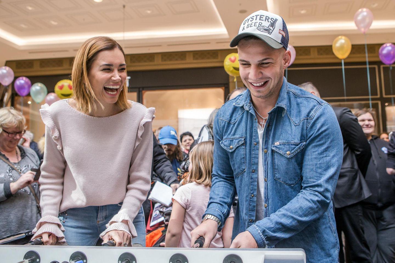 """Jana Ina Zarrella uns Pietro Lombardi haben Spaß beim Kickern. Umso schöner, dass die beiden dabei einem guten Zweck dienen: Nämlich demCharity-Event """"Lass und lachen"""" im Einkaufszentrum """"Mall of Berlin""""."""