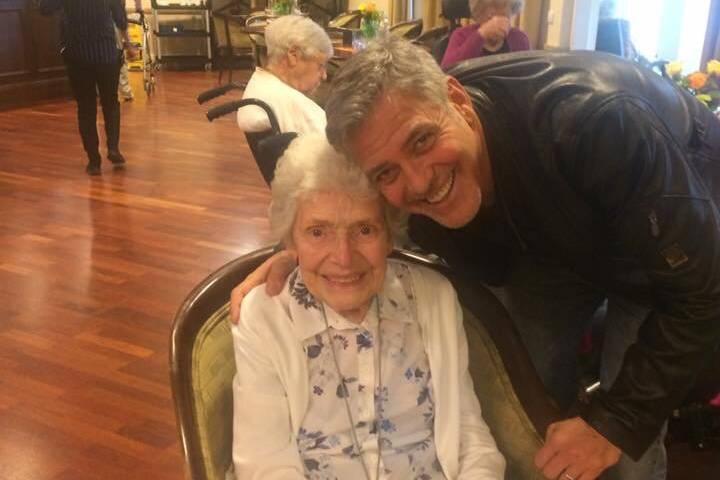 Eine alte Frau feiert Geburtstag - und plötzlich gratuliert ihr George Clooney