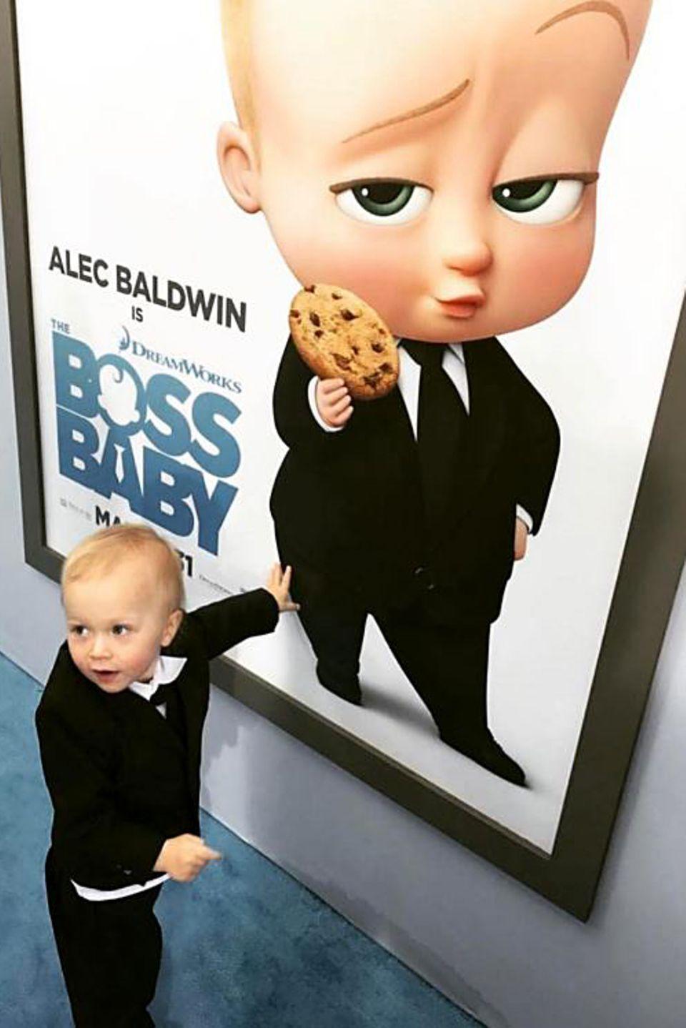 """21. März 2017  Papa schau mal, das bin ja ich auf dem Plakat, scheint Rafael Papa zuzurufen. Die Ähnlichkeit ist nicht von der Hand zu weisen. Und die Tatsache, dassAlec Baldwin seine Stimme dem """"Boss Baby"""" verleiht, unterstreicht die Verwandtschaft."""