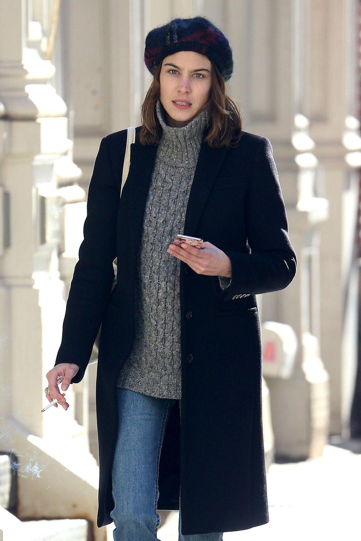 Model Alexa Chung steht es aufs Gesicht geschrieben: Mist, schon wieder auf frischer Tat ertappt.