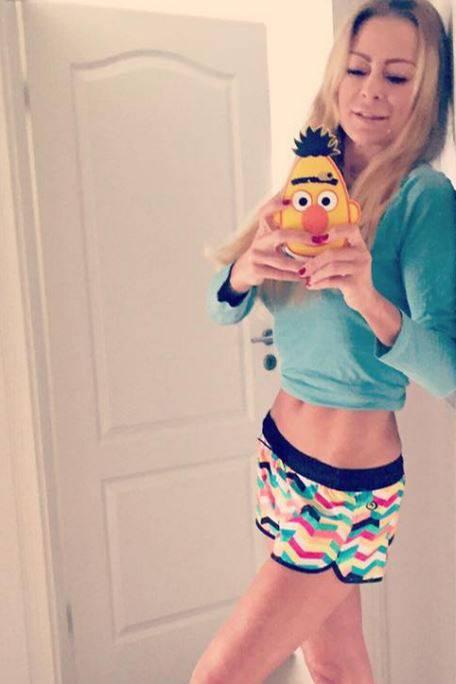 Lässig lehnt Jenny Elvers an ihrer Flurwand und fotografiert sich (und ihre Sesamstraßen-Handyhülle) im Spiegel. Ihr Körper sieht durchtrainiert, aber auch sehr dünn aus. Ob ihr die Trennung von ihrem Verlobten Steffen von der Beeck zu schaffen macht?