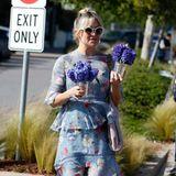 Mit lilafarbenen Hyzinthen und dem hellblau-floralen Sommerkleid bringt uns Kate Hudson in Frühlingslaune.