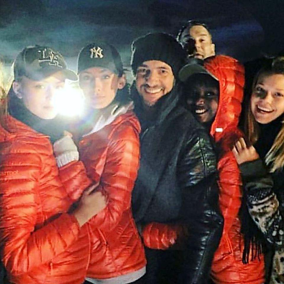 Germany's Next Topmodel Teilnehmerin Brendapostet ein Gruppenfoto mit Juror Thomas Hayo. Doch nicht nur er, sondern auch Juror-Kollege Michael Michalsky möchte mit auf das Bild und mogelt sich von hinten mit rein. Diese Erinnerung ist definitiv gelungen.