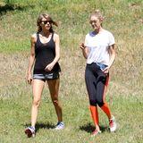 Taylor Swift und Gigi Hadid  Was könnte diese zwei Schönheiten bei ihrem gemütlichen Spaziergang in der Wildnis stören? Genau: ein Mann...