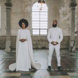 Solange Knowles verzichtet bei ihrer Hochzeit mit Alan Ferguson auf eine lange Schleppe. Dafür setzt sie jedoch auf ein Cape, das zu ihrem Kleid von Kenzo gehört. Geschneidert wurde die unkonventionelle Brautrobe von Humberto Leon.