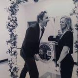 Kein Kleid, kein Weiß - Kristen Bell bricht mit allen Brautroben-Traditionen, als sie zusammen mit ihrem Liebsten, dem Schauspieler Dax Shepard, standesamtlich heiratet. Stattdessen entscheidet sie sich für einen schwarzen Einteiler, den sie mit einer silberfarbenen Statementkette aufwertet.