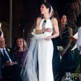 Model Hilary Rhoda hätte in ihrem Hochzeitskleid von Carolina Herrera auch auf einen roten Teppich gekonnt. Statt konventioneller Spitze und Tüll heißt es bei ihr: extravagantes Neckholder-Dekolleté und farbig unterlegte Seide.