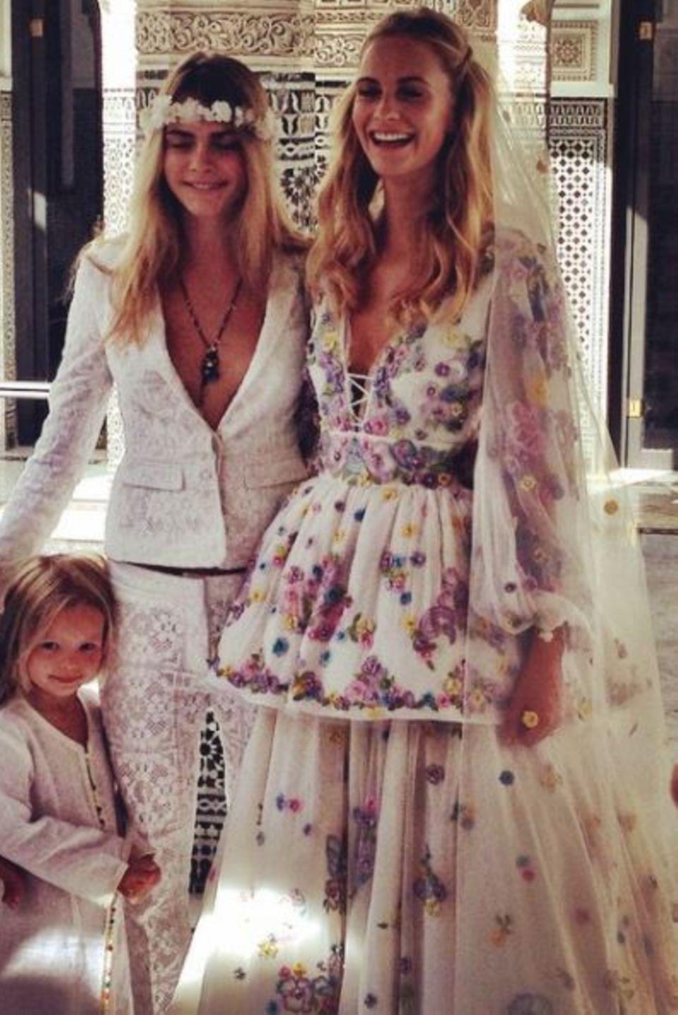 In Marrakesch feiert Poppy Delevingne ihre große Wedding-Party und lässt es dabei auch modisch krachen. In einem floralbesticktem Kleid mit Schnürungen und langer Schößchen-Lage, das Peter Dundas designt hat, gibt sie die Hippie-Braut.
