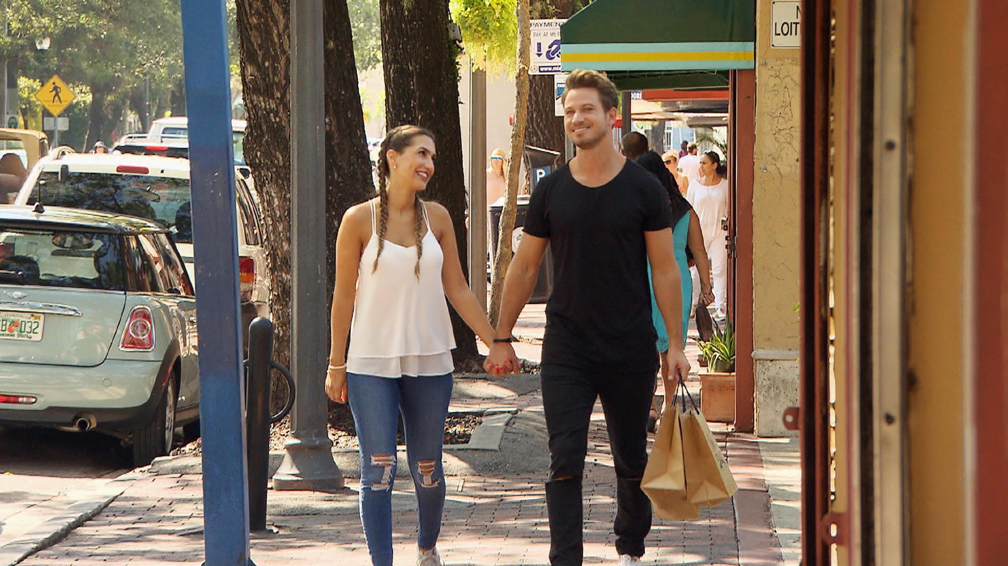 Clea-Lacy und Bachelor Sebastian beim Shopping.