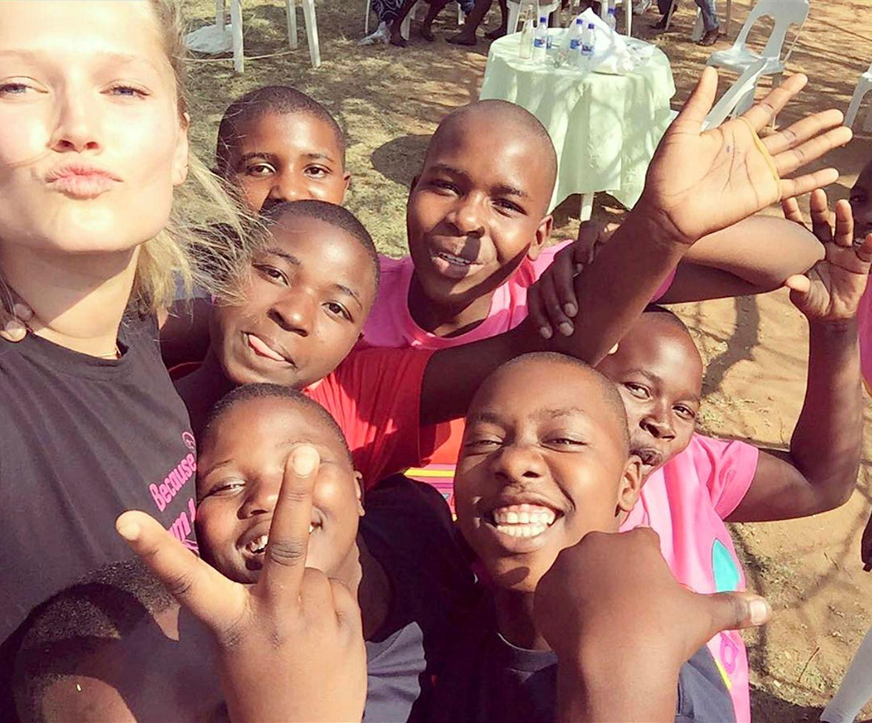 """Topmodel Toni Garrn macht sich schon sehr lange stark für die Rechte von Mädchen in Entwicklungsländern. Besonders Afrika hat es ihr angetan. Sie ist Botschafterin der Organisation """"Plan International"""" undengagiert sich miteiner eigenen Stiftung vor allem für bessere Bildungschancen von Mädchen in Simbabwe."""