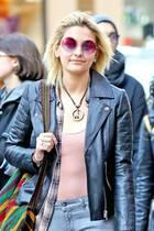 Hippie in Pink! Paris Jackson macht mit pinkfarbener Sonnenbrille und passender Peace-Kette eine kleine Style-Zeitreise in die wilden Sechziger.