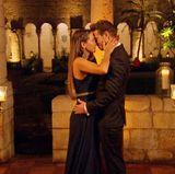 Clea-Lacy umarmt Sebastian erleichtert als sie von ihm die letzte Rose erhält.