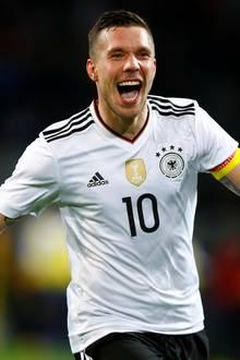 Jubel über seinen Traumkracher: Lukas Podolski schießt das Siegtor gegen England.