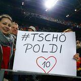 """""""Tschö Poldi"""" steht auf einem Plakat: Für viele Fans ist Podolski absoluter Kult."""