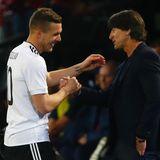 Lukas Podolski bedankt sich ein letztes Mal bei seinem Trainer Jogi Löw.