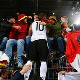 Noch einmal in der Menge suhlen: Lukas Podolski verabschiedet sich von den Fans.