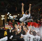 Poldi lebe hooooch! Ein würdiger Abschied von der Nationalmannschaft. Vielen Dank für 13 unvergessliche Jahre und 130 Auftritte im deutschen Nationaltrikot.