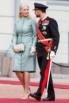 Das norwegische Kronprinzenpaar Mette-Marit und Haakon empfangen ihre isländischen Staatsgäste vor dem königlichen Palast, und Mette-Marits mintgrünes Seidenkleid kommt uns sehr bekannt vor.