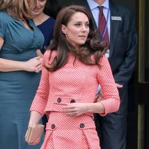 Herzogin Catherine zeigt sich Besuch eines Royal Colleges in London in diesem frühlinghaften Vichy-Ensemble. und das nicht zum ersten Mal....