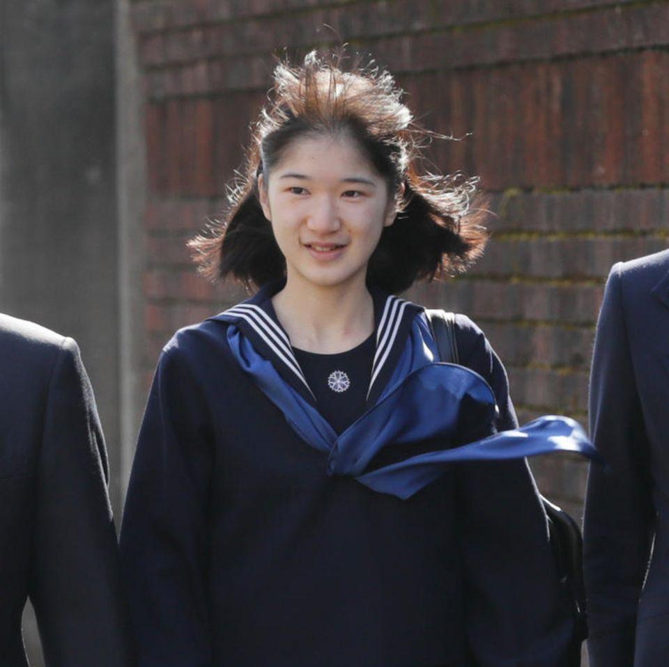 Prinzessin Aiko bei ihrem Schulabschluss am 22. März 2017 in Tokio. Mit dabei: Ihre stolzen Eltern Kronprinz Naruhito und Kronprinzessin Masako