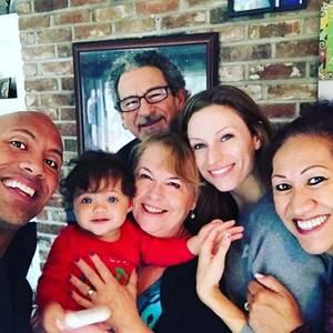 Dwayne Johnson mit seiner Familie und Schwiegervater Sib Hashian (hinten)