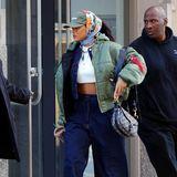 Mit dicker Bomberjacke über dem bauchfreien Jeans-Outfit samt extraweiter Hose und klobigen Plateau-Sneakern wirkt Rihanna wie ein Michelin-Männchen im Military-Look. Kalt kann ihr in diesem Outfit zumindest nicht werden.