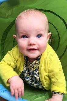 23. März 2017  James Van Der Beek und seine Frau Kimberly zeigen endlich ihre jüngste Tochter Emilia, die heute schon ihren 1. Geburtstag feiert.