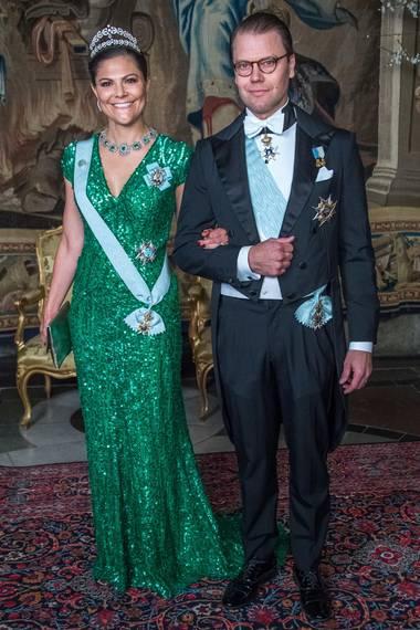 Glanzvoller kann eine Frau nicht strahlen: Kronprinzessin Victoria bezaubert in einem jadegrüen, hautengen Paillettenkleid von Elie Saab am Arm ihres Mannes Prinz Daniel.