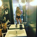 Diesen Körper kann und will Charlotte Wüdig nicht verstecken. Im sexy Look posiert sie mit künstlichem Heiligenschein vor dem Badezimmerspiegel.