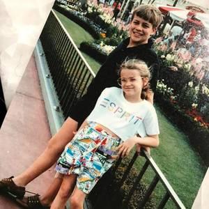 Reese Witherspoon  Die Schauspielerin postet ein süßes Foto aus den Achtzigern: Darauf zu sehen ist die kleine Reese und ihr großer Bruder John.