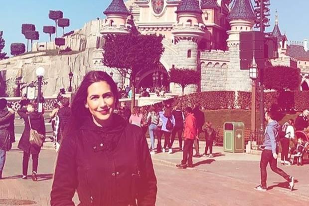 Clea-Lacy vor dem Disney-Schloss in Paris