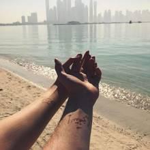 Zugegeben, es handelt sich noch nicht um echte Tattoos, bloß um Henna-Tattoos: Das junge Pärchen Stefanie Giesinger und Marcus Butler haben jeweils den Vornamen ihres Partners auf den Unterarm malen lassen. Wer weiß, vielleicht ist ihre Beziehung bald reif für ein echtes Tattoo.