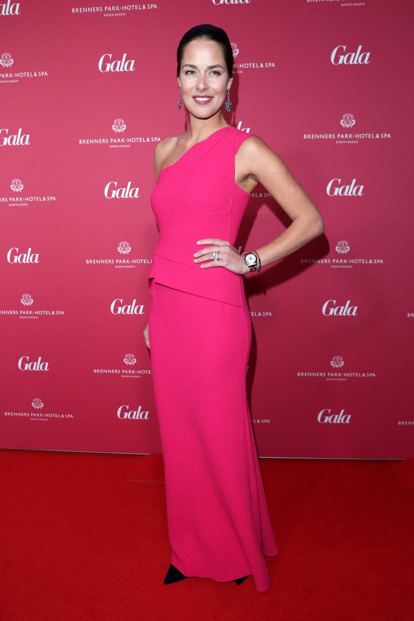 Pretty in Pink erschien Ana Ivanovic bei den diesjährigen Gala Spa Awards und verzauberte ganz Baden-Baden. In einem bodenlangen One-Shoulder Kleid war sie der Hingucker des Abends.