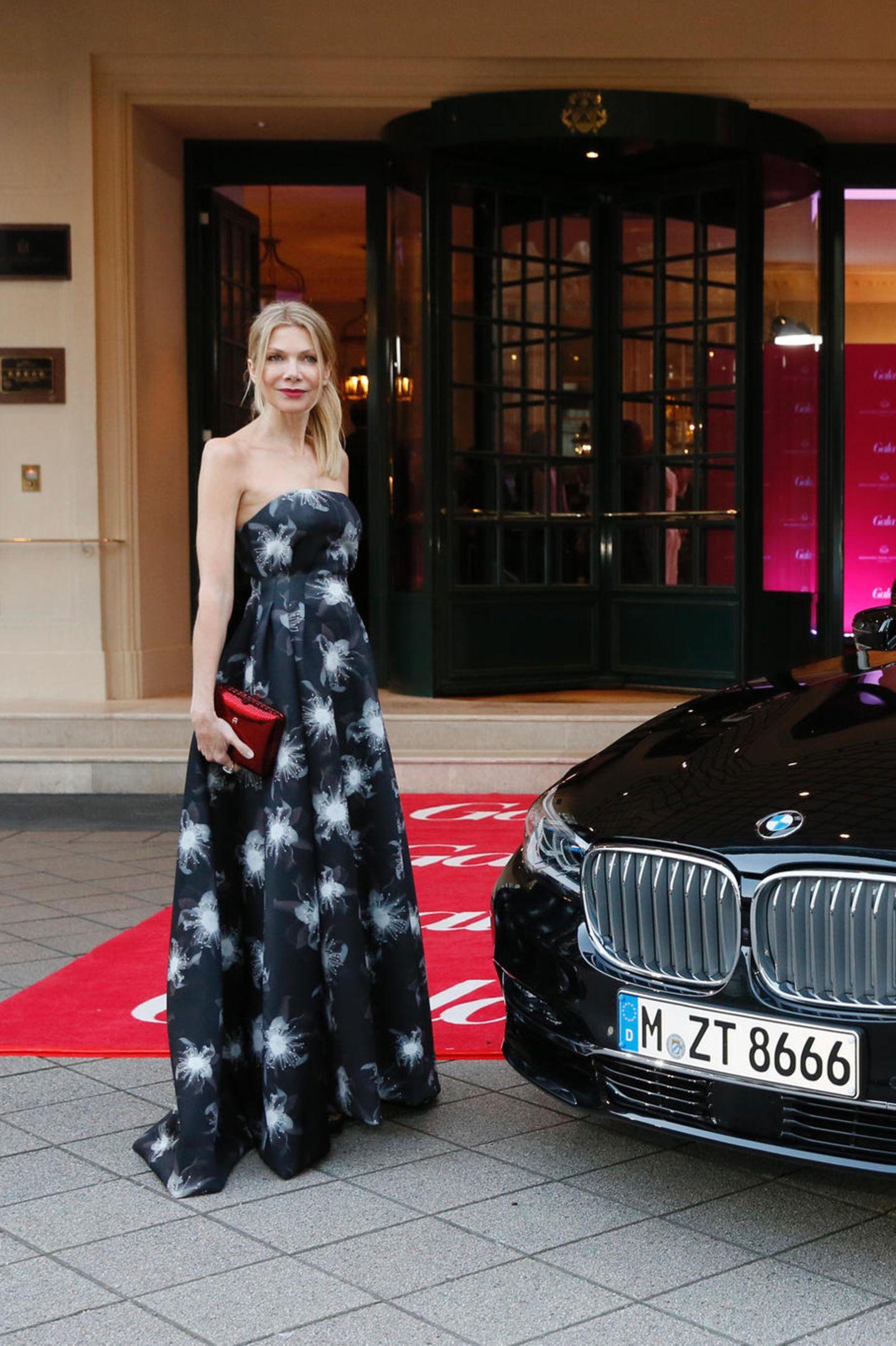 """Ursula Karven (in Aigner) lässt sich von den BMW Shuttles zum Veranstaltungsort """"Brenners Park-Hotel & Spa"""" chauffieren."""