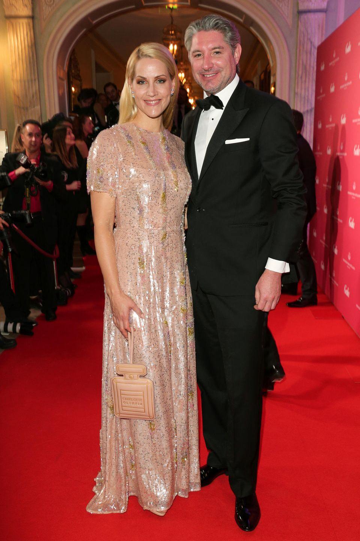 Judith Rakers und Ehemann Andreas Pfaff strahlen in die Kameras.