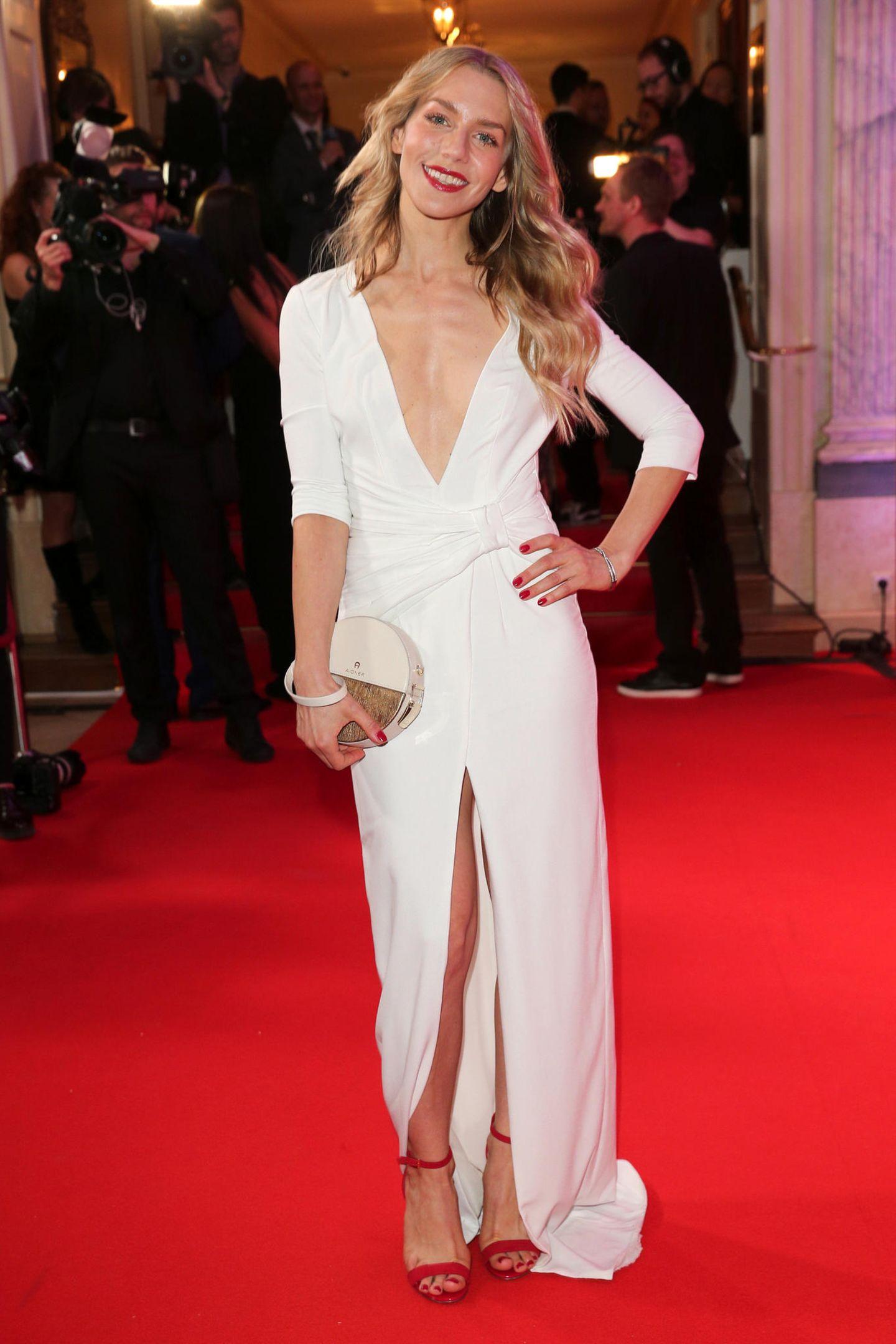 Strahlend schön in Weiß: Schauspielerin Julia Dietze im sexy Dress mit XXL-Ausschnitt von Aigner.