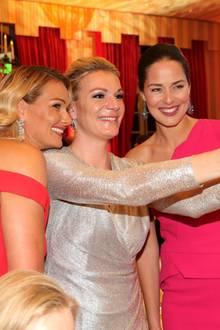 Franziska van Almsick, Maria Höfl-Riesch und Ana Ivanovic posieren für ein Selfie.