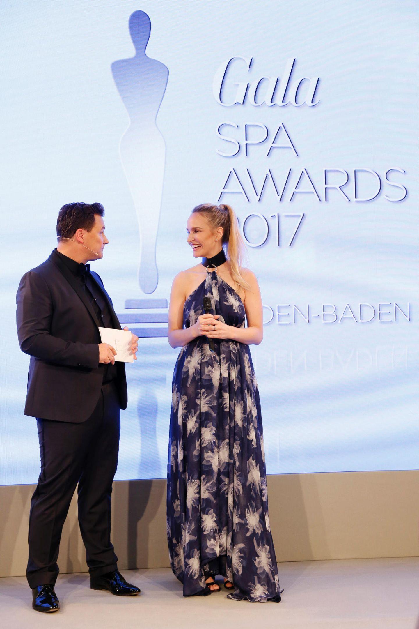 Moderator Guido Maria Kretschmer - hier im Gespräch mit Anne Meyer-Minnemann - führt durch den Abend der 21. GALA SPA AWARDS in Baden-Baden.