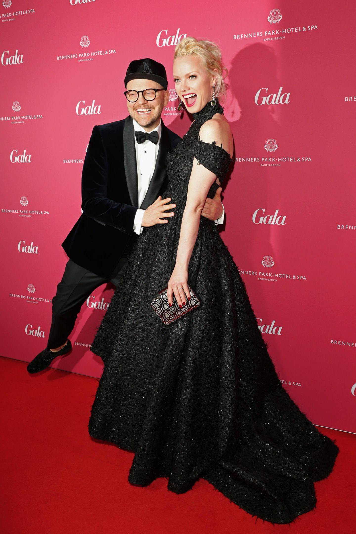 Model Franziska Knuppe in einem schwarzen Spitzentraum von Irene Luft. Mit dabei: GALA-SPA-AWARD-Jurymitglied Armin Morbach.