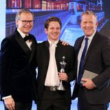 "Frank Marrenbach (Geschäftsführender Direktor ""Brenners Park-Hotel & Spa"") übergibt den Preis in der Kategorie ""Luxury Hotel/ Ressort"" an General Manager Nicolai Bloyd und Spa-Chef Johannes von ""Schloss Elmau Luxury Spa Retreat & Cultural Hideaway""."