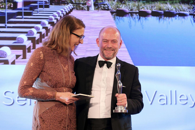 "GALA-Beautychefin Frie Kicherer freut sich zusammen General Manager Nick Yarnell vom ""Six Senses Douro Valley Portugal"" (Kategorie ""Innovation Spa"")."