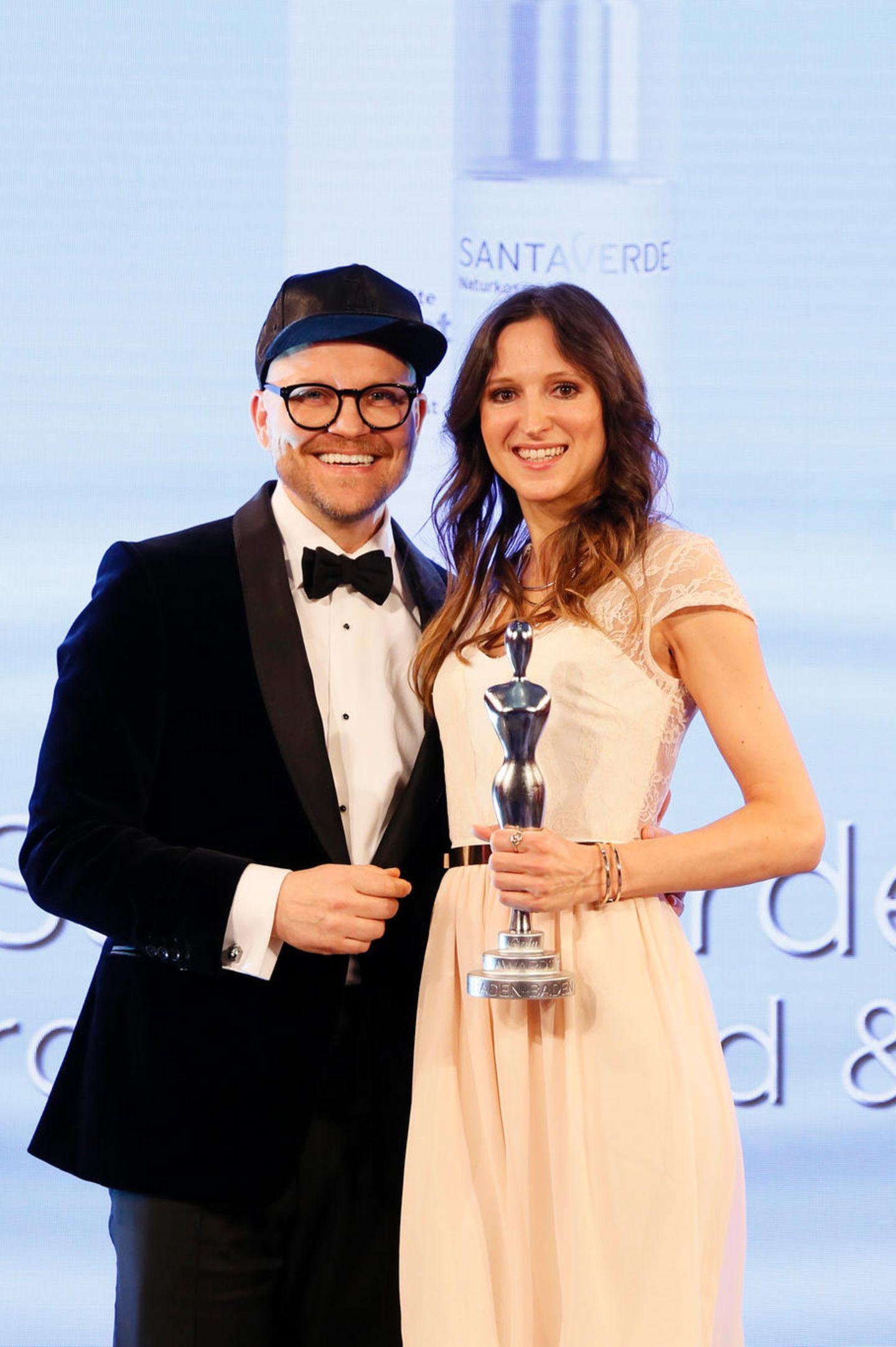 """Sichtlich glücklich: Armin Morbach vergibt den Beauty-Oscar in der Kategorie """"Organic Concepts"""" an Caroline Schliephake (stellvertretend für Sabine Beer) für """"Santaverde""""."""