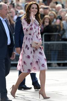 Im sommerlichen Rosen-Dress von Kate Spade erblüht Catherine bei einem Event zum World Mental Health Day in London.