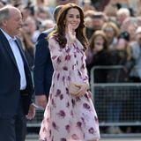 Im sommerlichen Rosen-Dress von Kate Spade erblüht Catherine bei einem Event zum World Mental Health Day in London.