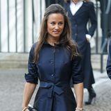 Auch Pippa Middleton besitzt einen ähnlich eleganten, blauen Mantel, allerdings mit Knopfleiste und zur Schleife gebundenem Gürtel.